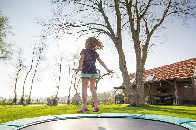 holčička na trampolíně