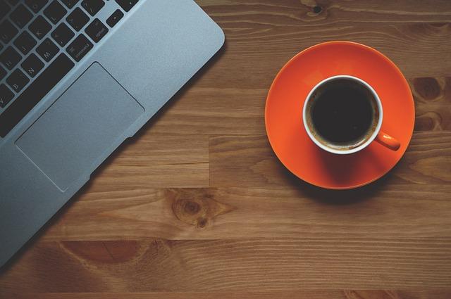 šálek kávy u laptopu.jpg