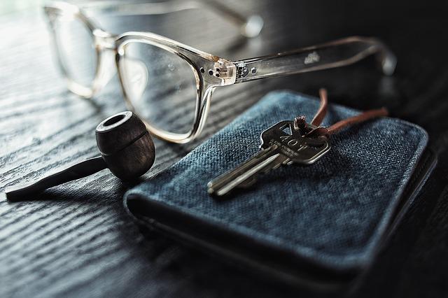 brýle peněženka klíč