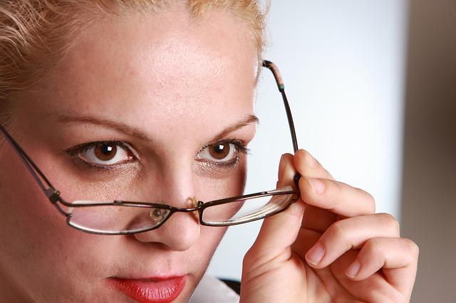 brýle na špičce nosu