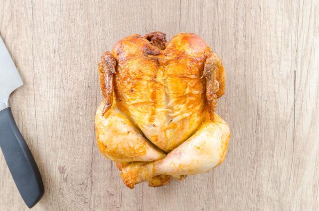 pečené kuře, nůž