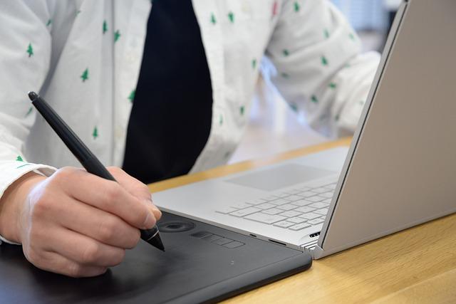 práce s laptopem