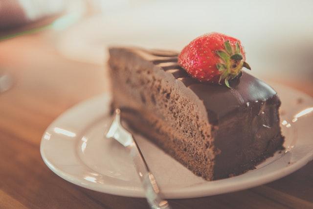 nezdravé jídlo, čokoládový dort, jahoda
